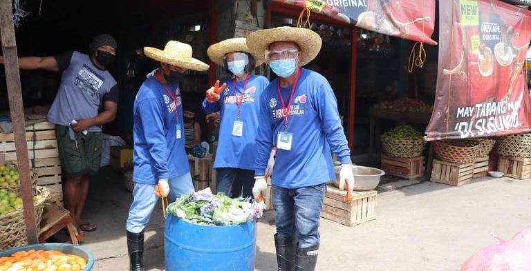 TESDA practicumers from Tacloban North collect garbage around Supermarket